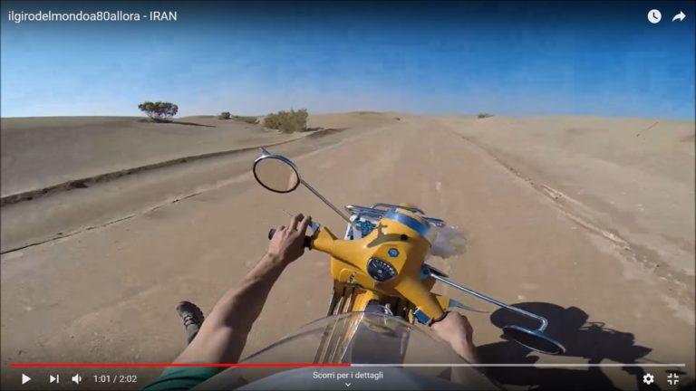 C'è una vespa su una ruota nel deserto dell'Iran